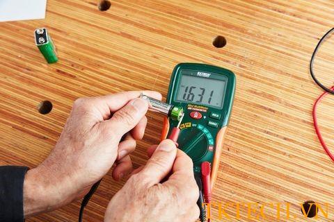 Cách kiểm tra pin đồng hồ đo điện